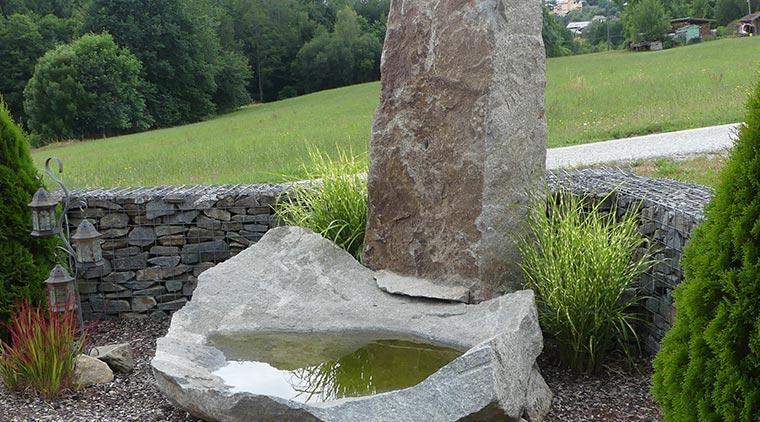 Findling und Vogeltränke aus Granit