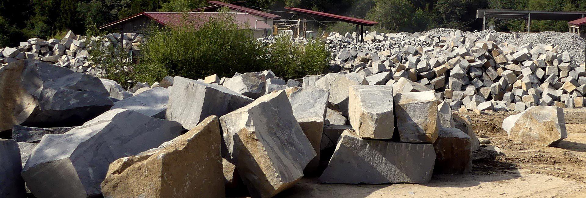 Pflastersteine im Steinbruch